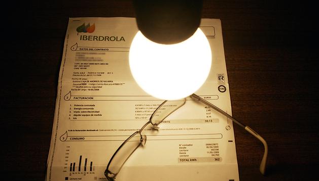 Imagen de una factura de luz con un flexo encima