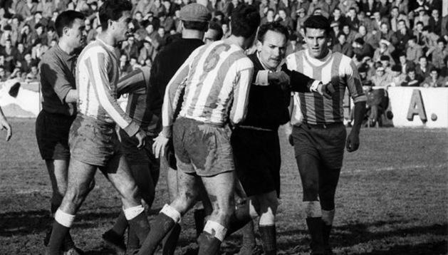 Momento en que el árbitro pitó en 1962 el penalti del primer gol entre Osasuna y Málaga