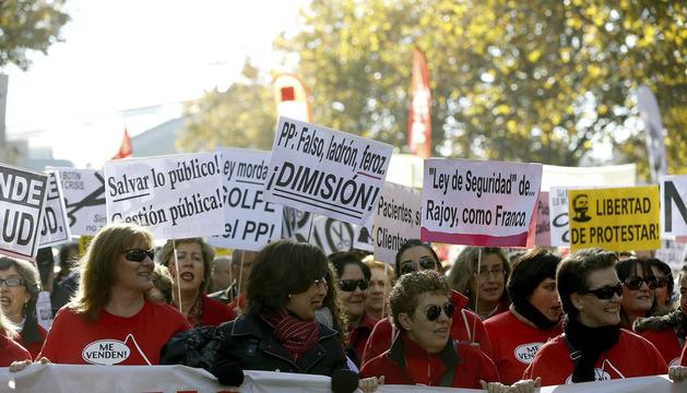 La manifestación de las mareas blanca, verde y roja, por las calles de Madrid.
