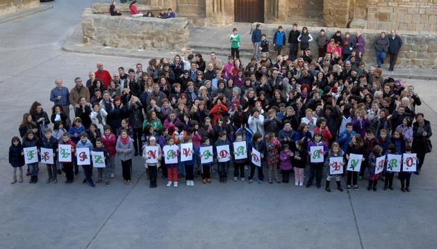 Un grupo de vecinos de todas las edades se reunió en la plaza para tomarse una fotografía de felicitación navideña para Álvaro Romea Díaz