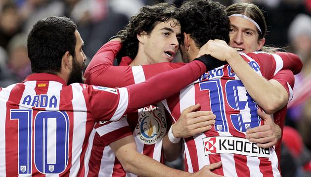 Arda, Tiago y Filipe Luis felicitan a Diego Costa tras anotar el primero de los goles