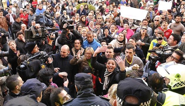 Protestas ante el Ayuntamiento de Alcalá de Guadaíra