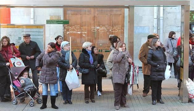 Retrasos de hasta hora y media en algunas líneas, paradas llenas y piquetes informativos han sido las notas predominantes en una nueva jornada de huelga de los trabajadores de TCC.