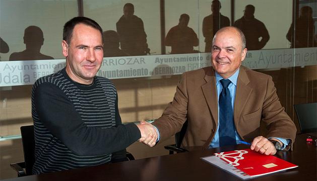Luis Zarraluqui y el alcalde de Berriozar, Xabier Lasa.