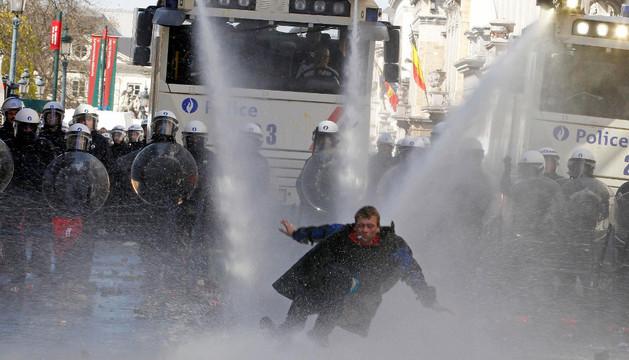 Un camión de agua durante una protesta en Bruselas, en 2011