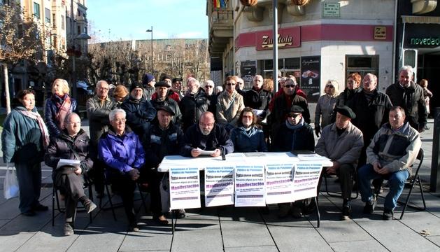 Miembros del colectivo 'Mayores frente a la crisis', este lunes en Pamplona.