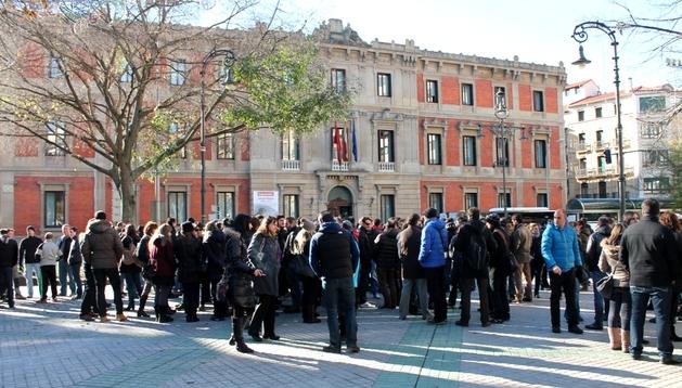Trabajadores de Gamesa se han concentrado este lunes frente al Parlamento de Navarra.