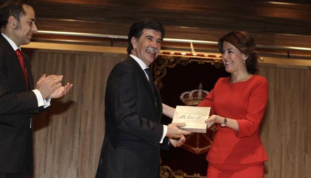 Javier Urra recoge el premio entregado por Yolanda a Barcina y recibe el aplauso del consejero Sánchez de Muniai