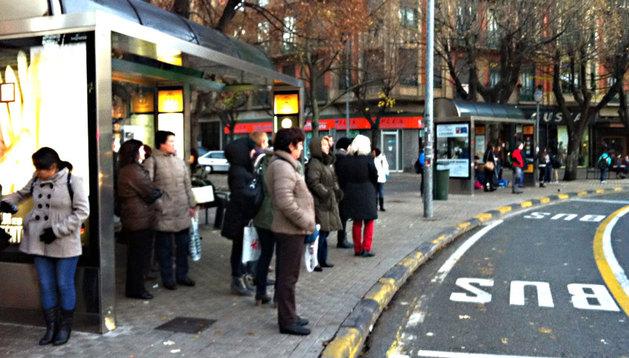 Numerosos ciudadanos, esperando la villavesa en la plaza Príncipe de Viana este lunes por la mañana