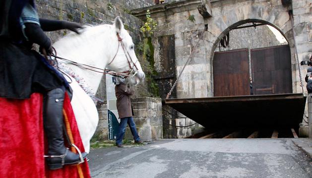 El puente levadizo del Portal de Francia se baja durante la Cabalgata de Reyes de 2012
