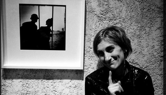 La fotógrafa y periodista Villar López, junto a una de las imágenes de su exposición