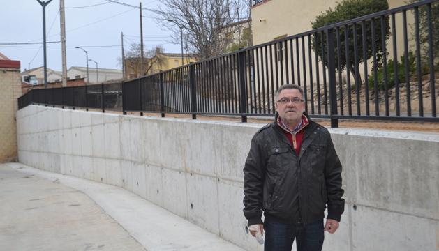 Rafael Felones delante del muro de contención de Río Cascajos.