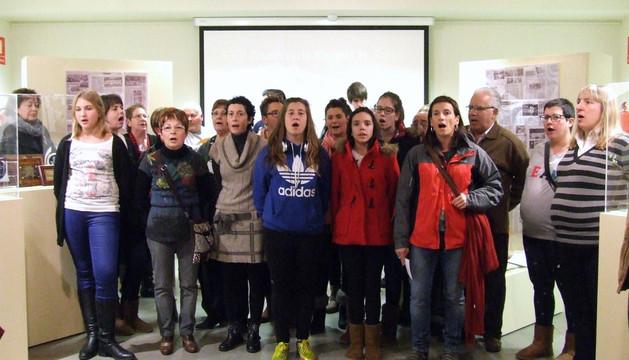 Alumnos de la Escuela de Jotas de Castejón cantan durante la apertura de la exposición.
