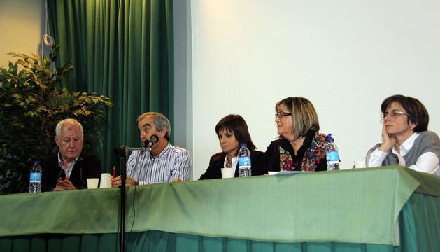 De izda. a dcha., Roberto Zárate, delegado local de Adona; Pedro Esquíroz (delegado de la entidad en Navarra); Raquel Garbayo, alcaldesa; Gloria Fernández (delegada de Domena); y Eva Sesma, madre de Mario.