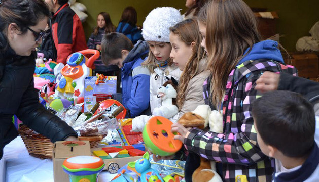 Un grupo de niños, en un puesto de venta de juguetes.