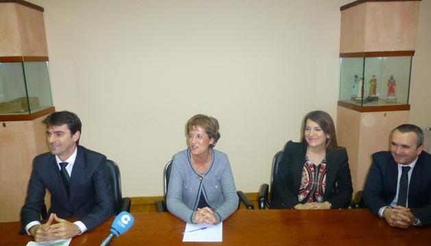 José Antonio Lahoz, la alcaldesa Begoña Ganuza, Virginia Pérez y Vidal Díaz, durante la presentación del acuerdo.