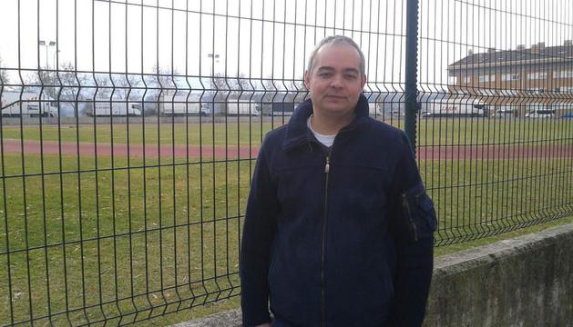 Jesús Mari Bordes Mayo, presidente de la asociación de comerciantes de Barañáin, ayer, en las pistas de atletismo.