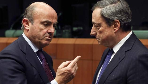 El ministro español de Economía y Competitividad, Luis de Guindos (i) conversa con el presidente del Banco Central Europeo (BCE), Mario Draghi.