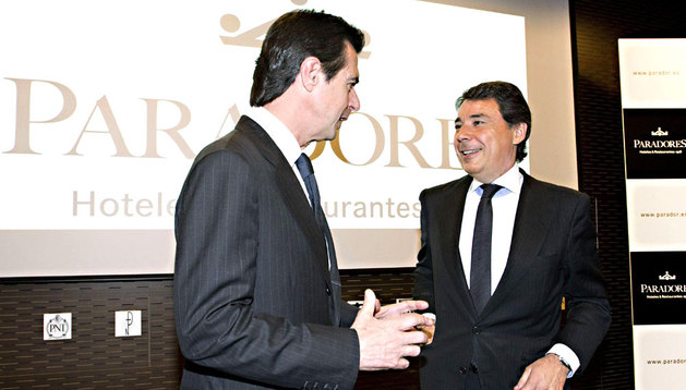 Ignacio González (d), con el ministro de Industria, José Manuel Soria, en un acto este martes.
