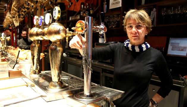 Kari Goicoechea, dueña del bar, en el lugar donde estaba la hucha