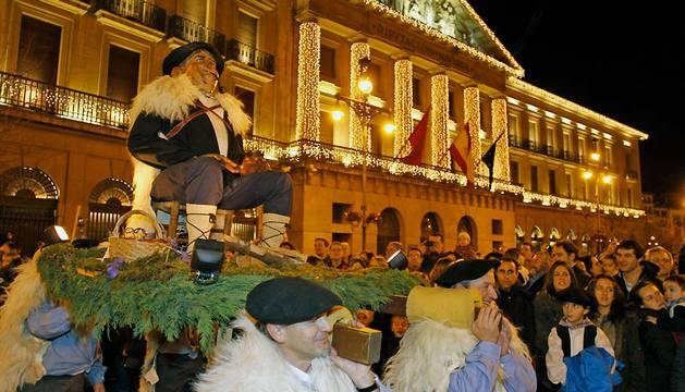 El Olentzero pasa junto al Palacio de Navarra en el desfile de 2012