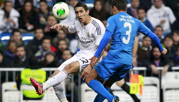 El argentino del Real Madrid Ángel Di María centra el balón junto al defensa José Peris, del Olímpic de Xátiva
