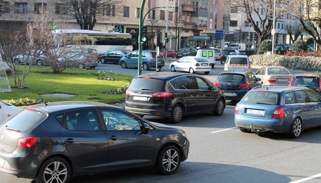 Varios vehículos, circulando este miércoles por la plaza Príncipe de Viana de Pamplona