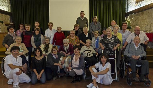 Algunos de los residentes y trabajadores que han protagonizado o participado en la realización del vídeo en el salón de actos de la residencia.