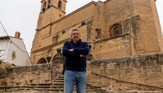 Martín Barbarin Logroño delante de la iglesia dedicada a San Andrés.