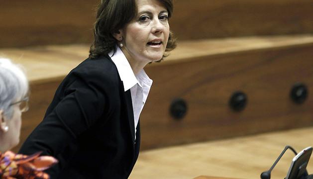 La presidenta del Gobierno de Navarra, Yolanda Barcina, durante el pleno del Parlamento .