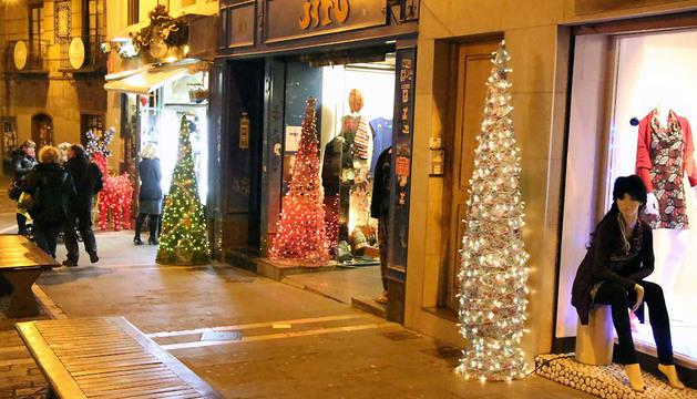 Adornos navideños en algunos de los comercios del Casco Antiguo