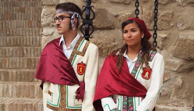 Imagen de dos danzantes de Cortes