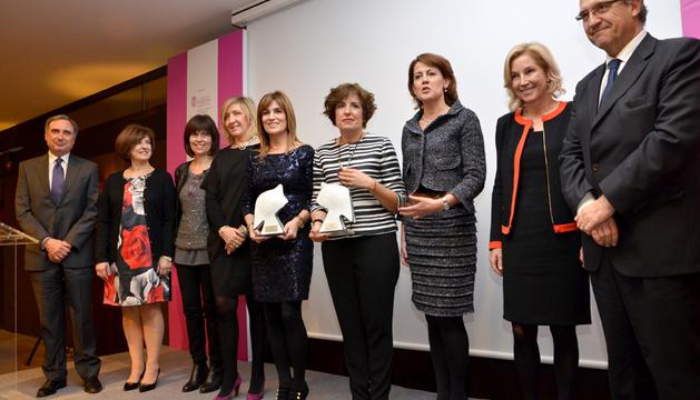 Las galardonadas Laura Sandúa y María Puy Maestu, junto a Yolanda Barcina y Enrique Maya