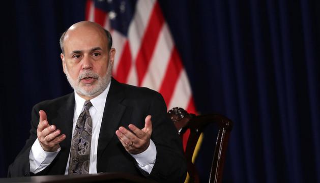 El presidente de la Reserva Federal (Fed), Ben Bernanke (c), durante su última rueda de prensa.