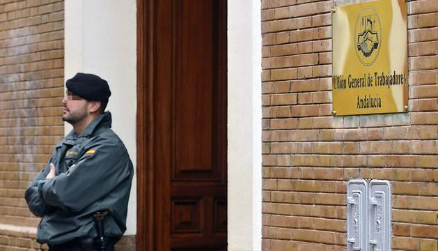 Uno de los agentes de la Unidad Central Operativa de la Guardia Civil, en la puerta de la sede de la UGT Andalucía en Sevilla