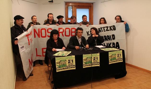Juan José Jaime, en el centro, durante la rueda de prensa que ha ofrecido el comité de TCC en Zabaldi.