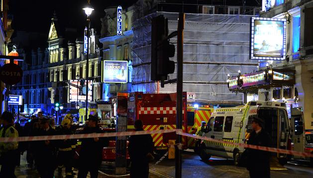 Cordón policial ante la entrada del teatro Apollo de Londres tras el suceso