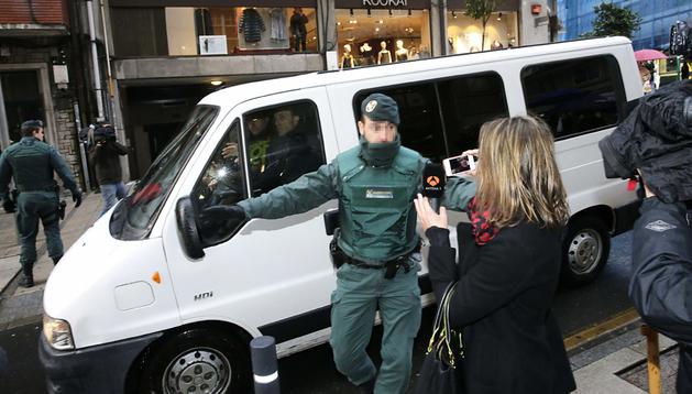 La Guardia Civil conduce en un furgón a la abogada Rosario Porto durante la reconstrucción de los hechos