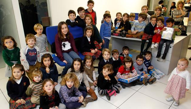 Hijos de trabajadores de la empresa editora de Diario de Navarra tras la entrega de premios.
