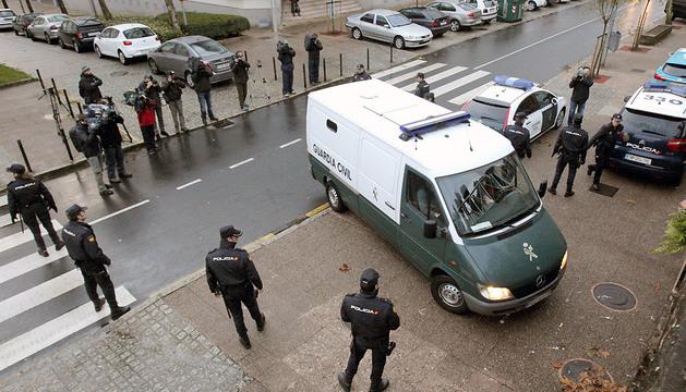 Llegada a los juzgados de Fontiñas, del furgón de la Guardia Civil que ha trasladado a la abogada Rosario Porto.