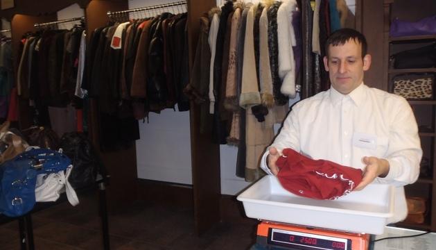 Fernando Iglesias, pesando la ropa en su tienda del Ensanche