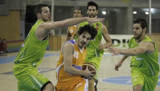 Álex Navajas y Christian Díaz intentan frenar a Carlos Noguerol en presencia de David Mesa.