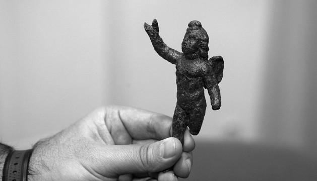 Imagen de la figura de bronce del dios Cupido hallada en Ablitas