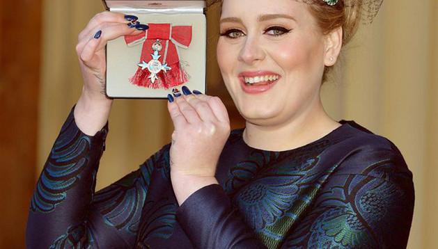 Adele mostrando la orden