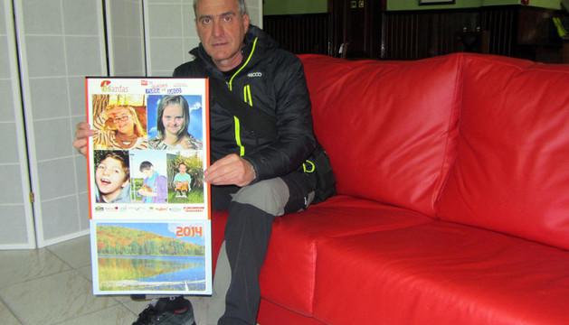 Ramón Garde, con el calendario solidario que ha realizado