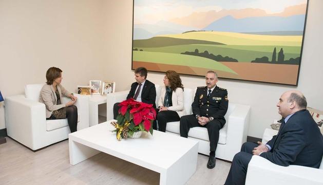 La Presidenta de Navarra se reúne con el director general de la Policía Nacional. De izda a dcha: Barcina, Cosidó, Alba, Rodríguez y Morrás