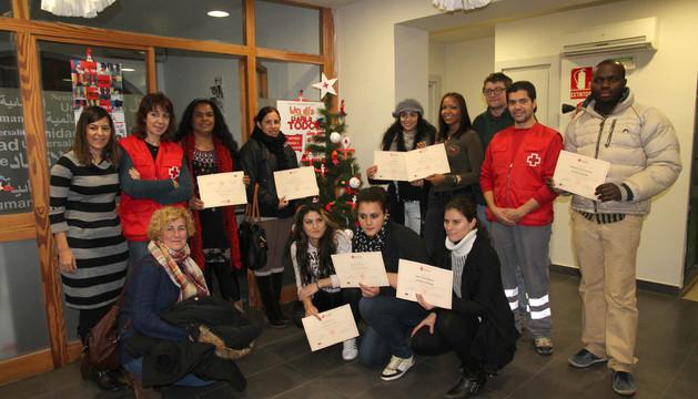 Varios de los participantes en los cursos, con sus diplomas