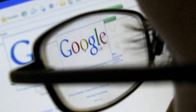 Un hombre visita la página de Google.