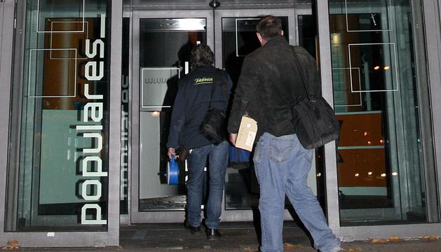 Unos técnicos de Telefónica entran en la sede del PP en Madrid.