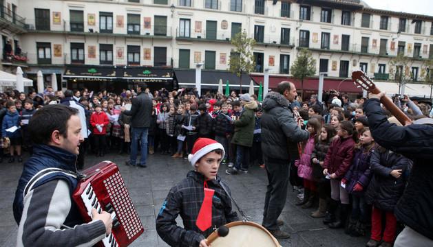 La interpretación conjunta de los escolares tudelanos en la plaza de los Fueros